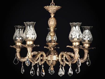 لوسترها وسایل تزئینی هستند که نور زیادی تولید می کنند و برای فضاهای بزرگ مناسبند.