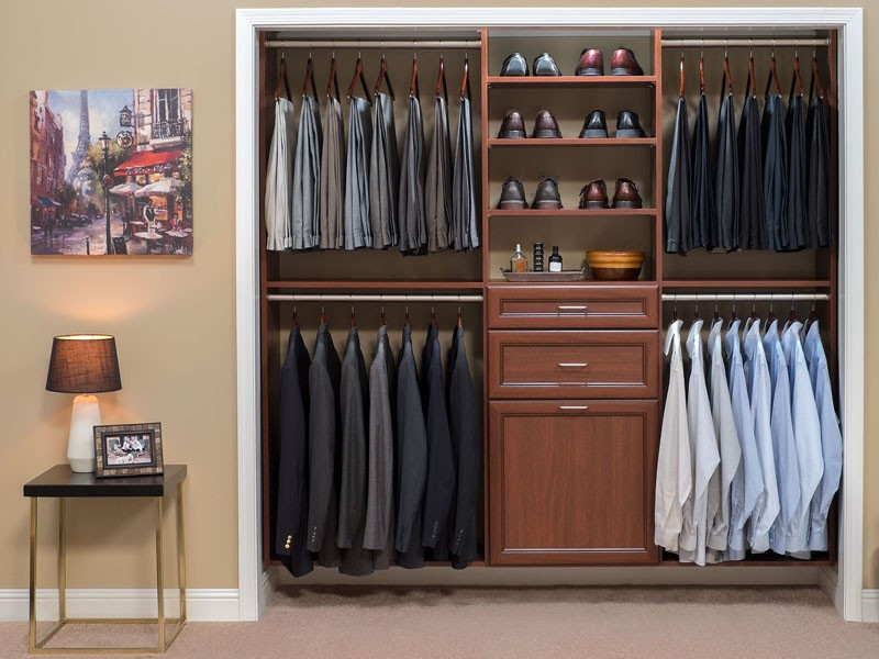 کمد لباس برای نظم دهی به اتاق خواب استفاده می شود.