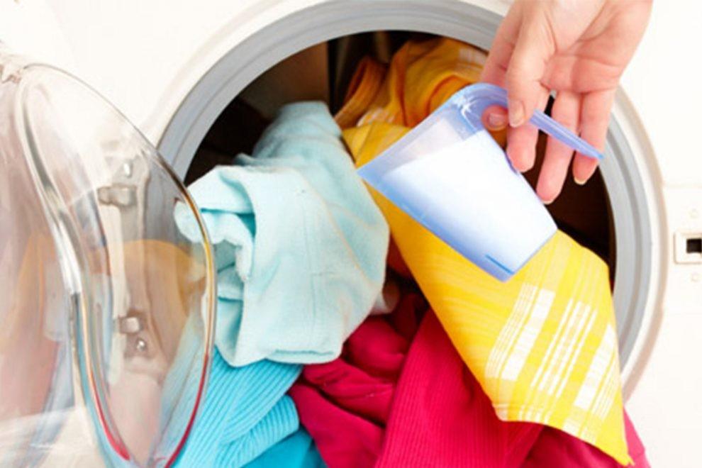قبل از شستشوی لباس ها ابتدا باید لباس های سفید و رنگی را از هم جدا کنید.