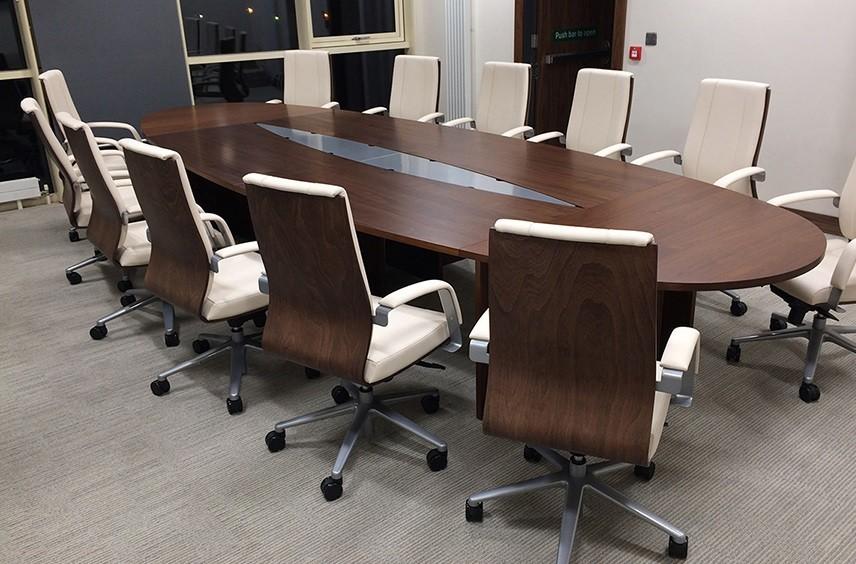 مبلمان اداری شامل میز، صندلی، زیرپایی، کمد و قفسه است.