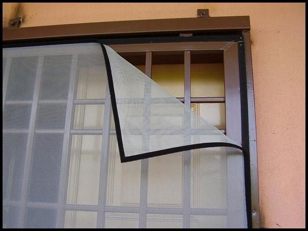 توری های برای محافظت از پنجره ها برای جلوگیری از ورود حشرات استفاده می شود.