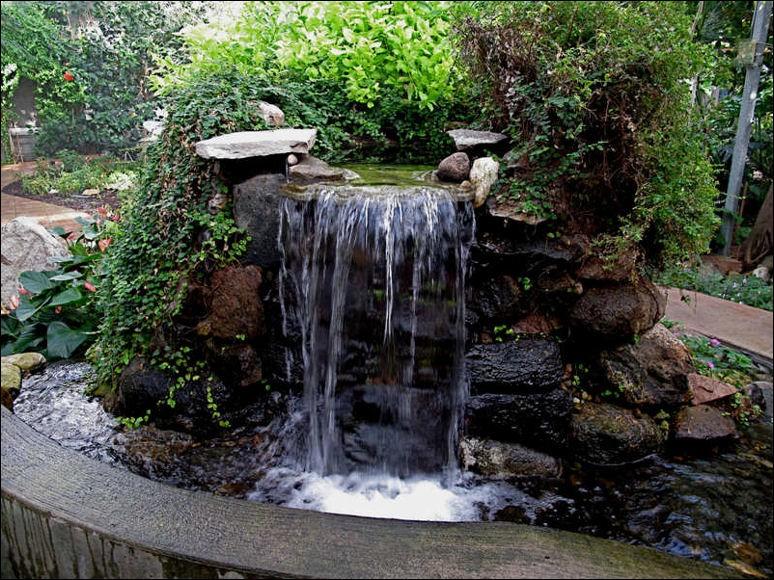 آبنما به صورت فواره است که در آن آب با حرکت تند و جهنده از جای خود بلند می شود.