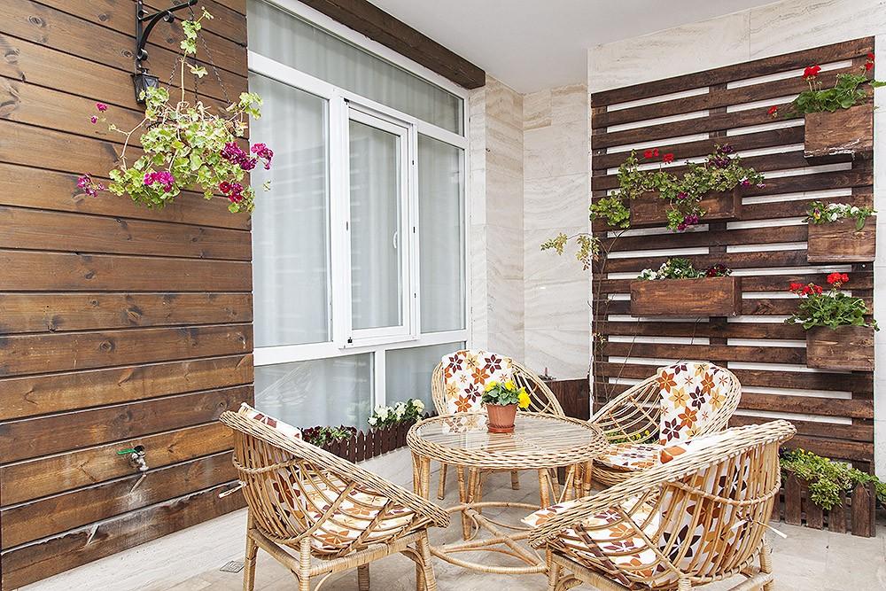 بالکن و تراس محیطی برای استراحت و زیبایی منزل است.