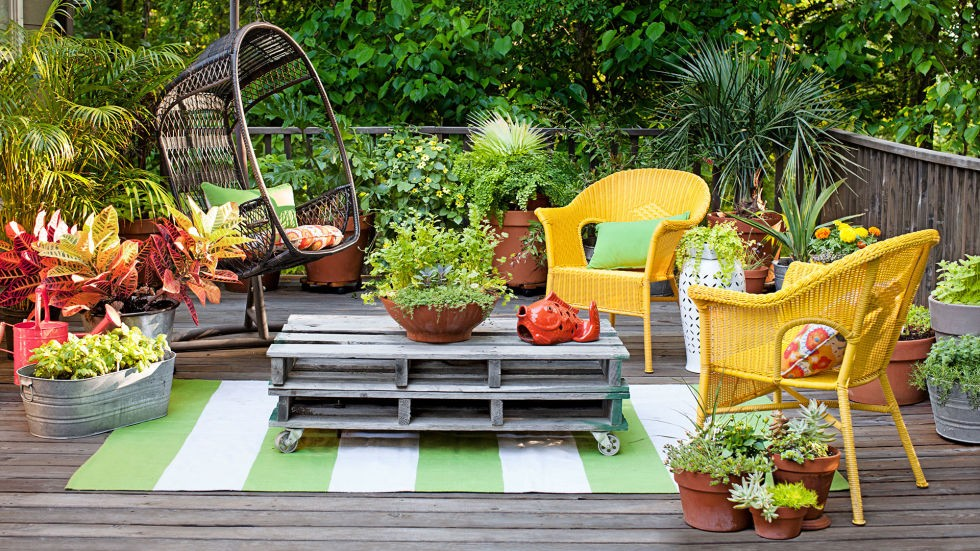 برای زیباتر کردن حیاط می توان از وسایل زیادی استفاده کرد.