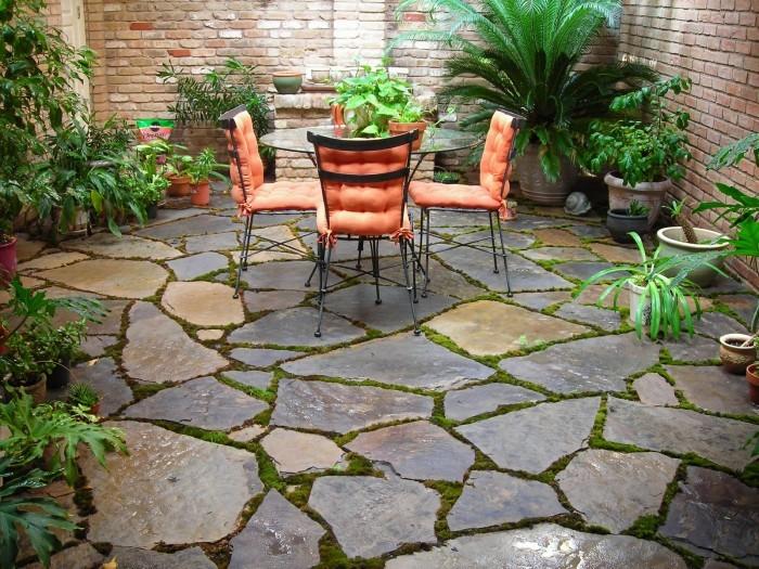 یکی از بهترین کفپوش ها برای حیاط و فضای سبز، سنگ است.