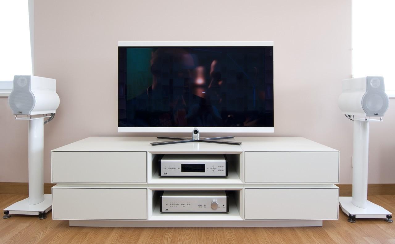 میز تلویزیون با استفاده از متریال چوب و mdf ساخته می شود.